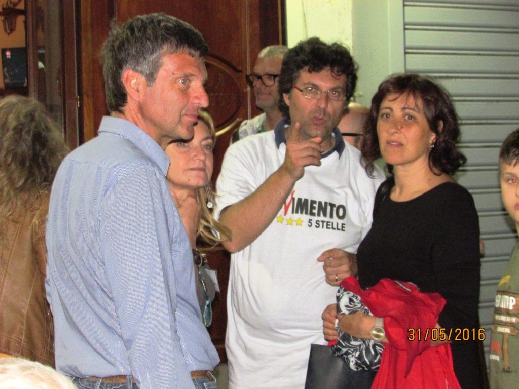 Al centro foto Matteo Brambilla candidato sindaco del M5S