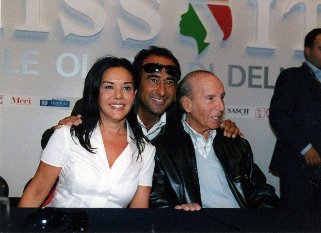 Carlo Conti tra Patrizia ed Enzo Mirigliani